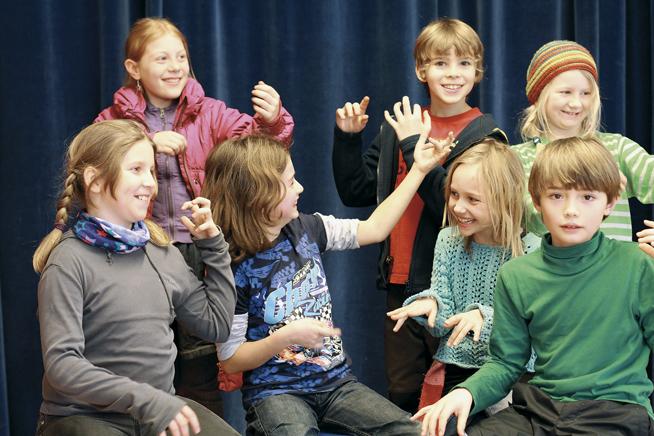 Kinder spielen Musik